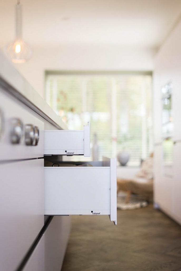 Strakke witte keuken van Koopman Personal Design
